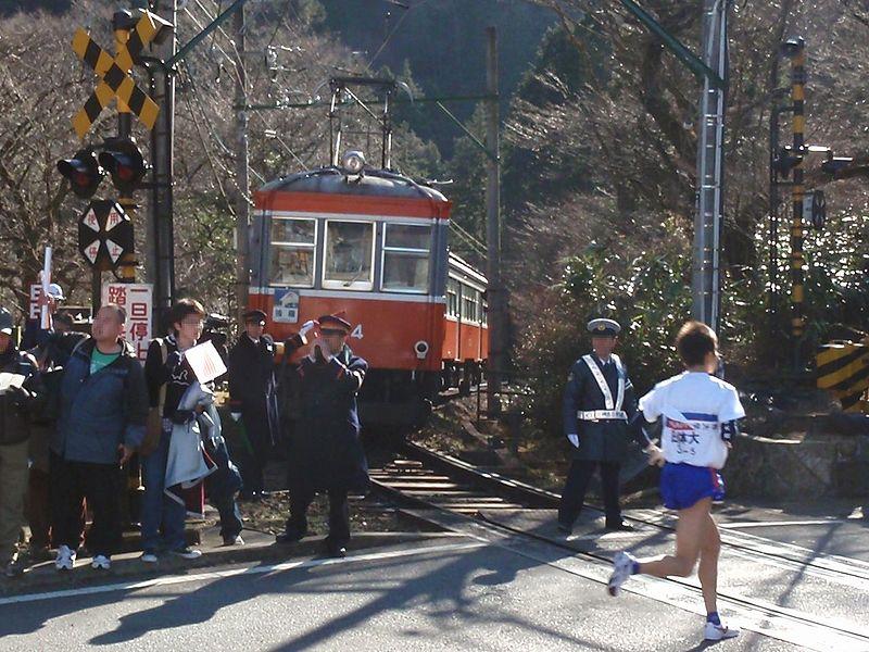 箱根登山鉄道は、絶妙のタイミングで電車を止めます。すごい連携ですね。